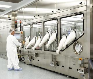 Isolators for pharmaceutical manufacturing   METALL+PLASTIC